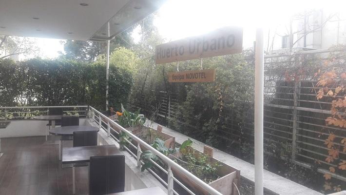 Novotel implementó huerto urbano con sistema de compostaje en terraza de hotel