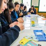 Estudiantes aprenden a monitorear floraciones de algas nocivas con científicos invitados por la Fundación Huinay